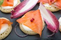 钓鱼在薄煎饼的三文鱼切片与奶油,从上面观看在边,关闭,颜色图象 党的一道开胃菜 免版税库存照片