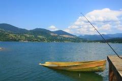 钓鱼在路黄色附近的小船 库存照片