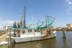 钓鱼在通行证的虾的小船 库存照片