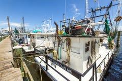 钓鱼在通行证的虾的小船 免版税库存照片