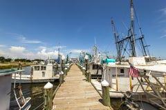 钓鱼在通行证的虾的小船 免版税库存图片