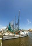 钓鱼在通行证的虾的小船 库存图片