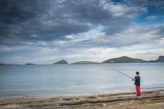 钓鱼在重的cloudscape下 免版税库存图片