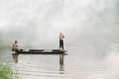 钓鱼在雾河 免版税库存照片