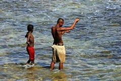 钓鱼在马达加斯加的男孩, 免版税库存图片