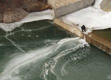 钓鱼在水坝 免版税库存照片