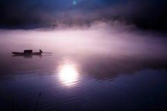 钓鱼在黎明 免版税图库摄影
