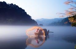 钓鱼在黎明 免版税库存照片