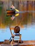 钓鱼在Autumn湖 库存图片