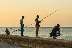 钓鱼在Malecon哈瓦那的人 免版税图库摄影