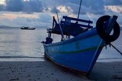 钓鱼在pahawang海岛附近的木小船 班达楠榜 印度尼西亚 免版税库存照片