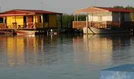 钓鱼在Sacca Scardovari附近寄宿在被咬住的河三角洲在罗维戈省在威尼托(意大利) 免版税库存照片