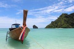 钓鱼在tup海岛的泰国小船, Krabi省 库存图片