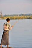 钓鱼在U Bein桥梁附近 免版税库存照片