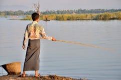 钓鱼在U Bein桥梁附近 库存照片
