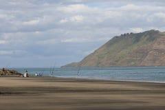 钓鱼在Whatipu海滩,奥克兰 免版税库存图片