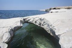 钓鱼地中海净海运金枪鱼的偏差 在州长` s海滩附近的白色石曲拱 免版税库存照片