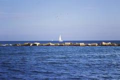 钓鱼地中海净海运金枪鱼的偏差 有白色风帆的偏僻的游艇 免版税库存图片