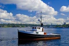 钓鱼小的木头的小船 免版税库存图片
