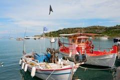 钓鱼希腊港口的小船 免版税库存照片