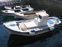 钓鱼希腊santorini的小船小 免版税库存照片