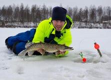 钓鱼幸运的日的冬天 免版税库存图片