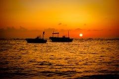 钓鱼日落的小船 免版税库存图片