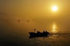 钓鱼日落的小船 库存图片