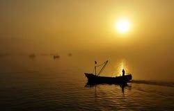 钓鱼日落的小船 免版税图库摄影
