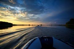 钓鱼日落的小船 库存照片