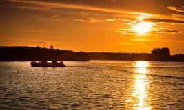 钓鱼日落的小船 免版税库存照片