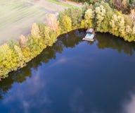 钓鱼池塘的角落的小屋,空中照片 库存图片