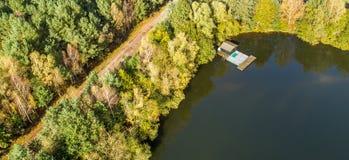 钓鱼池塘的角落的小屋,鸟瞰图 库存照片