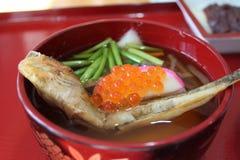 钓鱼汤所谓的仙台Zoni,被采取在被烘烤的虾虎鱼,米糕, 免版税库存图片