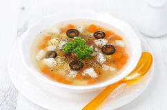 钓鱼汤用土豆、红萝卜和橄榄在一个白色碗 免版税图库摄影