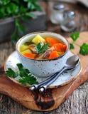 钓鱼汤用土豆、红萝卜和荷兰芹在老木背景 免版税图库摄影