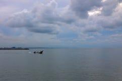 钓鱼浩大的海的一条小船 图库摄影