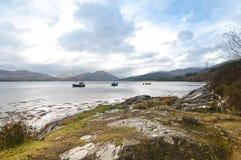 钓鱼海湾苏格兰人三的小船 免版税库存图片