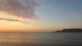 钓鱼海运海鸥天空的小船腾飞日出 免版税库存图片