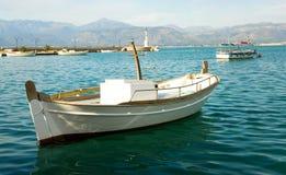 钓鱼海运白色的蓝色小船 图库摄影