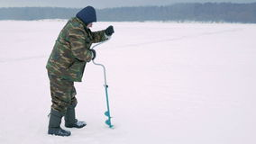 钓鱼漏洞冰人河冬天的查询 一个人操练在冰的一个漏洞 股票录像