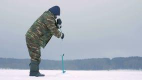 钓鱼漏洞冰人河冬天的查询 一个人操练在冰的一个漏洞 影视素材