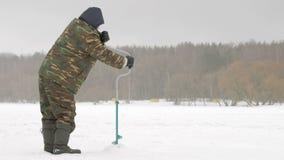 钓鱼漏洞冰人河冬天的查询 一个人操练在冰的一个漏洞 股票视频