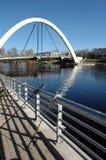 钓鱼现代最近的曲拱桥梁 免版税库存图片