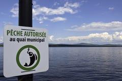 钓鱼用法语写的允许的标志 免版税库存照片