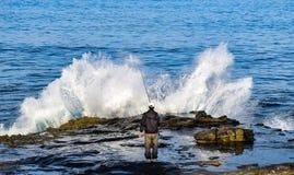 钓鱼由海浪在拉霍亚,加利福尼亚 库存照片