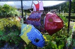 钓鱼由被放弃的和被回收的材料做的雕塑 免版税库存图片