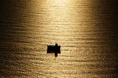 钓鱼白夜的小船下 库存照片