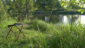 钓鱼的一个美丽如画的地方 钓鱼竿和椅子 股票视频