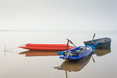 钓鱼的停车处划艇在湖 免版税图库摄影